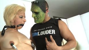 salome s'envoie en l'air avec avec hulk