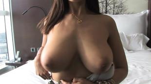 Sandra Milka se fait lécher ses gros seins