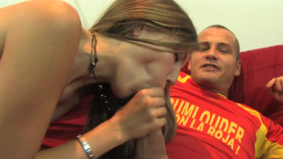 Yaiza del Mar baisée dans le salon pendant un match de foot