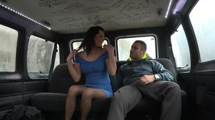 Isa gate un lascar à l'arrière d'un van