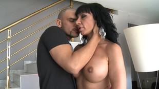 Bonne baise de Daniela Castro dans un canapé