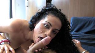 La jeune Yasmin Cali s'abandonne à un démon baiseur