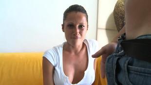Noemí Jolie sautée dans un canapé après une fellation