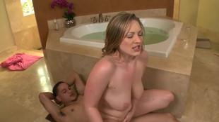 Vicky Vixen sautée dans la salle de bain
