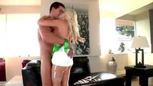 Britney Amber sautée dans un sofa en cuir