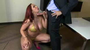 La sensuelle Kelly Divine pipe puis se fait brouter le con