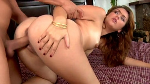 Levrette vaginale d'Allie Haze dans son lit