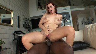 Rachel Solari et son rasta jouissent d'une baise interraciale