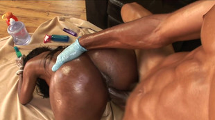 Codi Bryant exhibe son gros cul avant une défonce vaginale