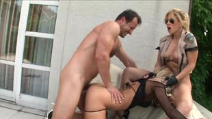 Trio de sexe anal en extérieur en compagnie de Nikky Thorne et rooklyn Lee