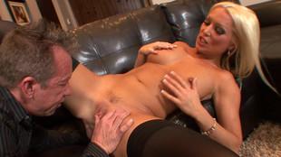 Dianna Doll et son homme se font plaisir dans le canapé du salon