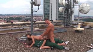 Deux agents de maintenance niquent Jennifer Sweet sur une terrasse