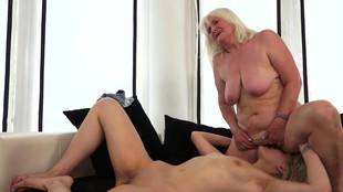 Kitty Rich explore la chatte poilue d'une vieille blonde