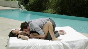 Natalie Heart niquée en extérieur au bord d'une piscine