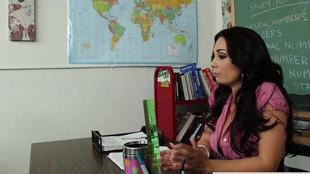 Holly West se tape un étudiant dans une salle de classe