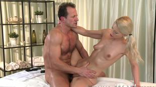 Un vicieux  baise sa masseuse après un sauna