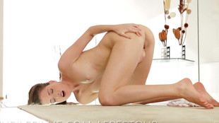 Une libidineuse en chaleur se masturbe en solo