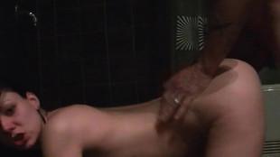 Une brune sautée dans le salle de bain après une fellation