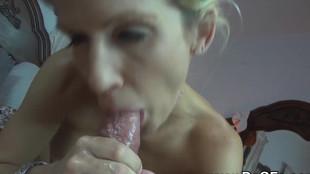 Milf blonde à faible poitrine suce la pipe de son mec dans le lit