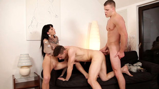 Une belle brune et deux bisexuels se comblent de plaisir