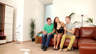 Billie star doublement pénétrée par ses colocataires pendant une baise trio