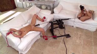 Un duo de blondes lesbiennes pimenté avec une sexe-machine