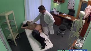Un chirurgien esthétique se tape une patiente brune