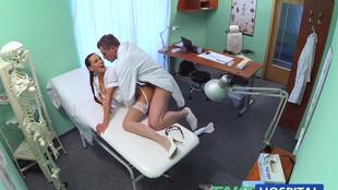 Docteur et infirmière baisent aisément dans un bureau