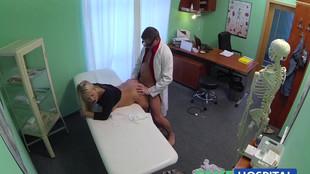 Une superbe blonde consultée par un docteur vicieux