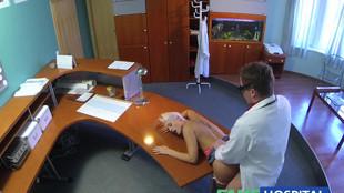 La blonde se fait baiser à l'accueil par un docteur vicieux