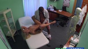 Baise chaude d'une patiente blonde et un médecin vicieux