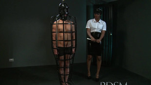 Une gardienne black se tape un soumis emprisonné