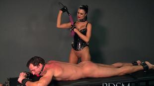 Un esclave se prend des coups de martinet sur le dos