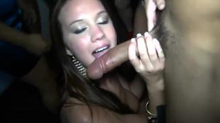 Katie King suce son mec pendant une fiesta soirée