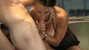 Une baise mature et jeunot de Mimi Moore