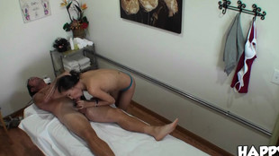 Arial Rose sautée par le client sur la table de massage