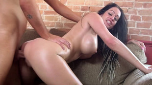 Baise sexy baise en duo de Kelly Summer la craquante milf brune aux nibards se prend une éjaculation faciale