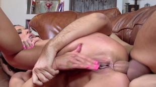 Alexa Tomas la libertine brune se prend une éjaculation buccale lors d'une baise avec un mec