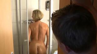 Une blonde chaude se fait enculer sous la douche