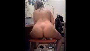 La coquine chevauche un sextoy sur une chaise
