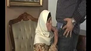 Une maghrébine aux gros nichons en foulard sautée dans un fauteuil