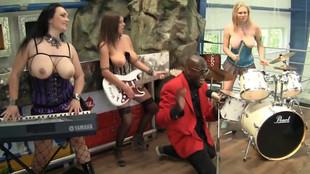 Des rockeuses en concert live à moitié nue