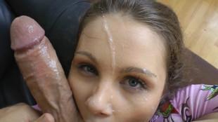 Une jeune suceuse brune se fait bourrer la bouce