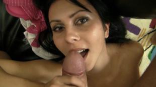 Une brune friande de la bite géante jouit d'une baise anale