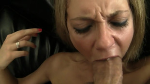 La blonde se fait péter les orifices dans un fauteuil en cuir noir