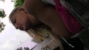 Une blonde se fait baiser en extérieur