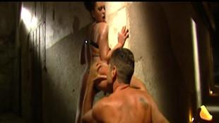 Une dominatrice se fait lécher le cul par un soumis