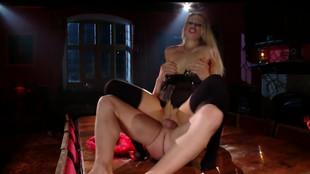 Michelle Moist baisée par un soumis sur une table