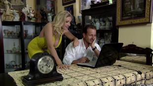 Une coquine blonde aux gros seins défoncée dans un canapé