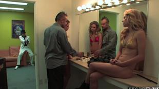 Limage sévère d'une jeune blonde tatouée aux petits seins